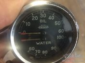 Combined oil and water gauge